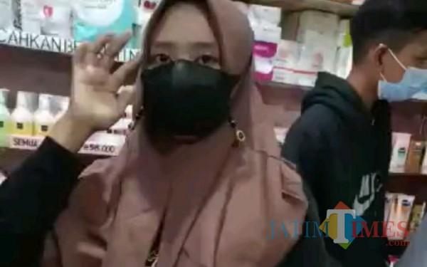 Bunga (initial) terduga pelaku yang di viralkan di Tik Tok karena tertangkap basah curi kosmetik / Foto : Istimewa / Tulungagung TIMES