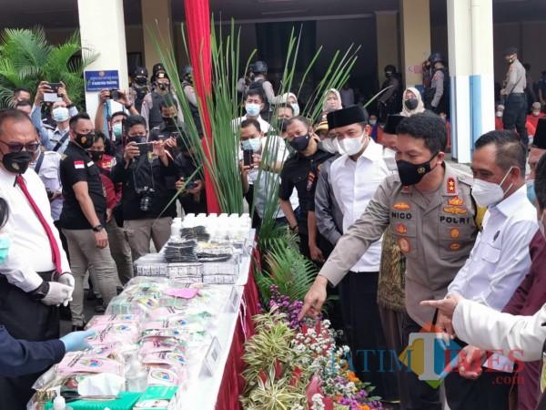 Kapolda Jatim ketika menunjukkan barang bukti narkoba