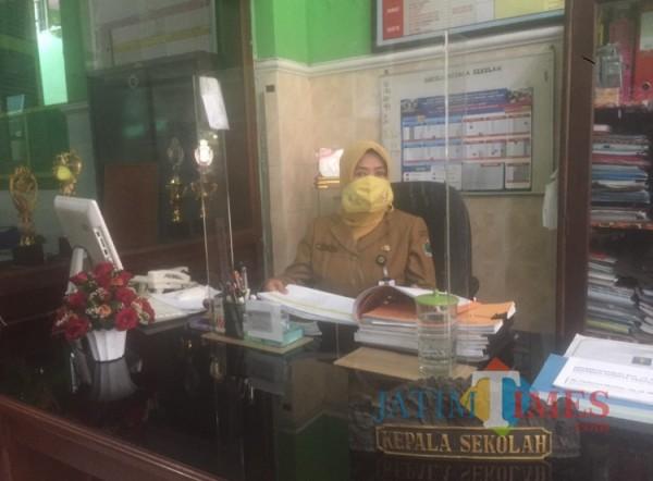 Kepala Sekolah SDN Kauman 1 Malang Dra Umi Kulsum MPd jelang pertemuan kunjungan kerja dari Komisi X DPR RI pagi ini (11/04/2021). (Foto: Reinaldy/MalangTIMES)