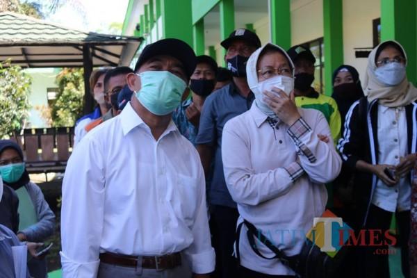 Mensos Tri Rismaharini (kanan) Bersama Menko PMK Muhadjir Effendy saat meninjau salah satu lokasi terdampak gempa, Minggu (11/4/2021) (Foto: Fery/ MalangTIMES)