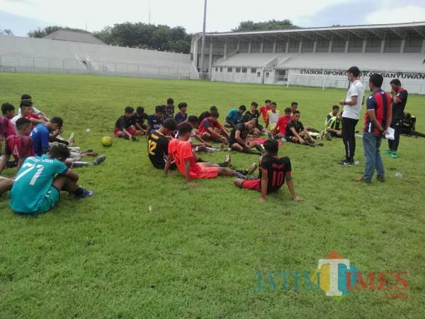 Penghobi olahraga sepakbola  memanfaatkan fasilitas olahraga milik pemerintah Banyuwangi (Nurhadi/BanyuwangiTIMES)