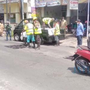 Dinas PU Bina Marga Mulai Tambal Jalan Berlubang di Jember