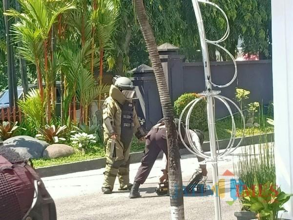 Petugas mengevakuasi tas misterius di Gedung DPRD Kota Kediri. (eko arif s/jatimtimes)