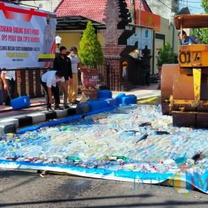 Jelang Ramadan, Polres Blitar Kota Musnahkan 2.740 Botol Miras