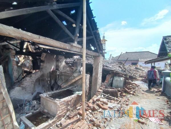 Salah satu rumah rusak parah di Desa Majang Tengah, Kecamatan Dampit, Kabupaten Malang (foto: Hendra Saputra/MalangTIMES)