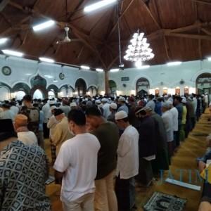 Salat Tarawih Pertama, Ratusan Jamaah Masjid Agung Jami Terapkan Prokes