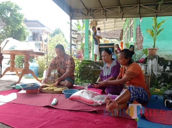 Warga Dusun Krajan, Desa Majang Tengah, Kecamatan Dampit, Kabupaten Malang yang sibuk memasak untuk merayakan bulan suci Ramadan (foto: Hendra Saputra/ MalangTIMES)