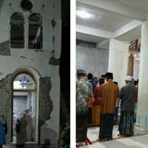 Warga Desa Sidomulyo Tetap Sholat Tarawih, Walau Masjid Retak Akibat Gempa