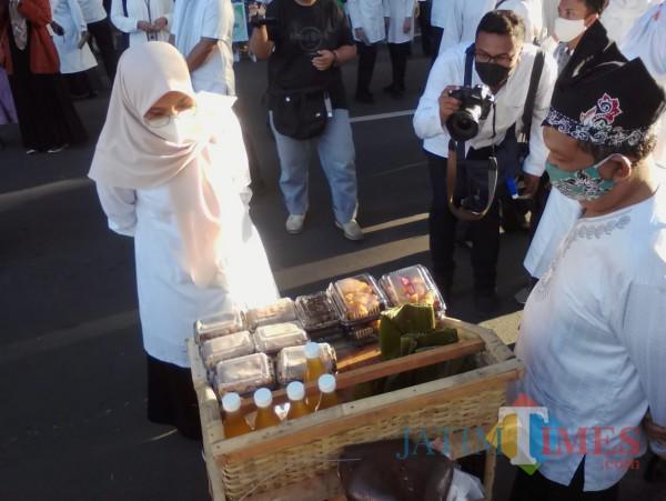 Bupati Banyuwangi Ipuk Fiestiandani saat melihat dagangan yang dijajakan salahsatu stand pasar takjil Ramadan tahun 2021 Nurhadi Banyuwangi Jatim Times