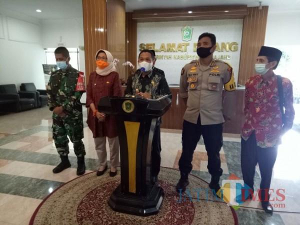 Bupati Lumajang H. Thoriqul Haq bersama forkopimda dalam kinferensi pers hari ini (Foto : Moch. R. Abdul Fatah / JatimTIMES)