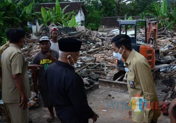 Bupati Malang HM Sanusi (tengah pakai kopyah hitam) saat meninjau lokasi bencana (foto: Hendra Saputra/MalangTIMES)