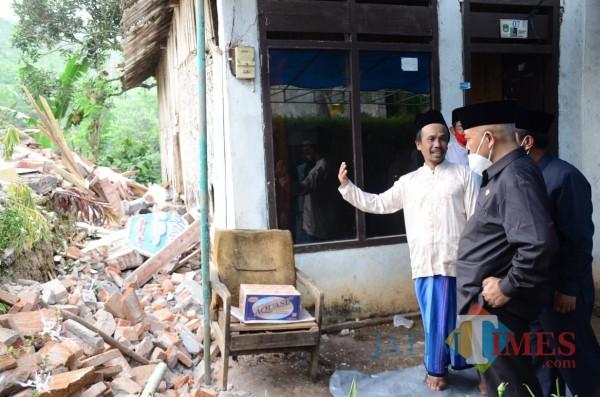 Bupati Malang HM Sanusi saat meninjau Desa Jogomulyan yang terdampak gempa (foto: Hendra Saputra/MalamgTIMES)