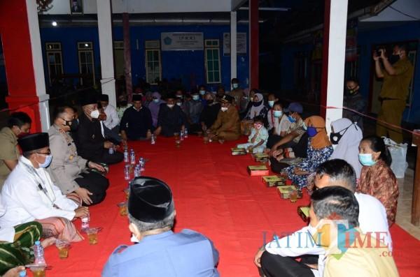 Suasana buka bersama Forkopimda Kabupaten Malang bersama warga terdampak gempa (foto: Hendra Saputra/MalangTIMES)