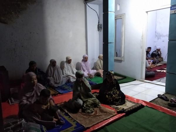Warga di Perumahan Antirogo Pakusari saat menjalankan salat tarawih di rumah kosong (foto : istimewa / Jatim TIMES)