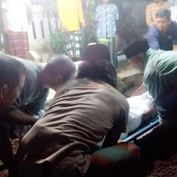Warga yang merawat imam Musala At-Taqwa, Desa Wonokerto, Kecamatan Bantur, Kabupaten Malang yang meninggal saat sujud (foto: Polsek Bantur for MalangTIMES)