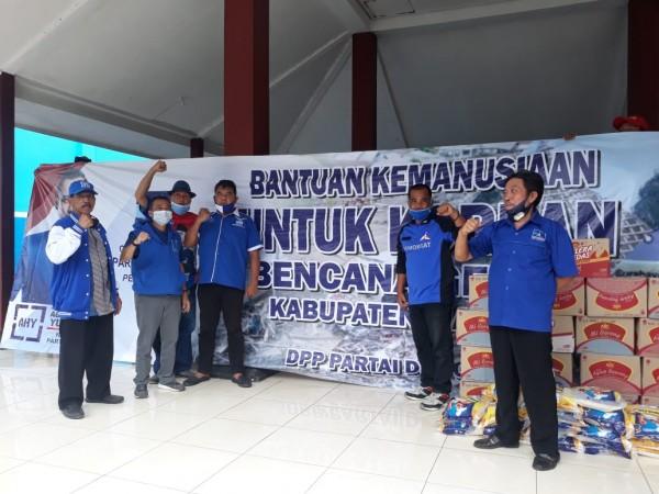 Ketua DPC Partai Demokrat Kabupaten Malang, Ghufron Marzuki (dua dari kiri pakai rompi biru) saat berfoto usai menyerahkan bantuan (foto: istimewa)