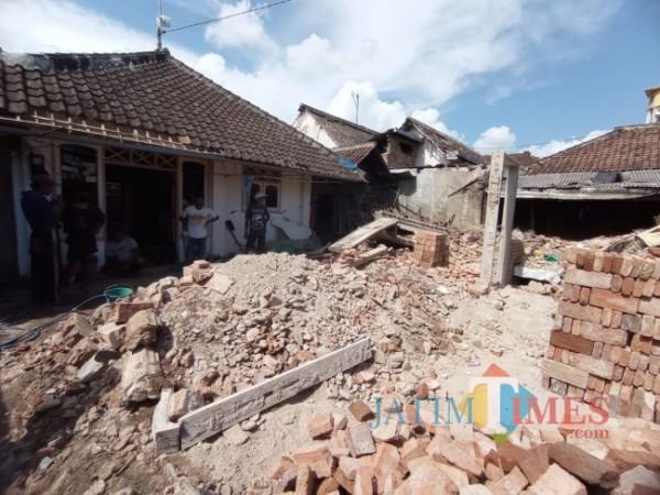 Rumah Suyanto yang tersisa puing-puing batu bata di Desa Majang Tengah, Dampit. (foto: Hendra Saputra/MalangTIMES)