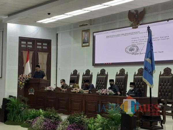 Anggota DPRD Kota Malang Arid Wahyudi (paling kiri) dalam rapat paripurna, Kamis (15/4/2021). (Arifina Cahyanti Firdausi/MalangTIMES).