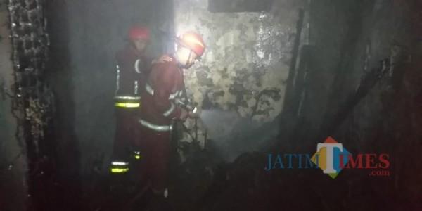 Damkar Kota Malang melakukan penanganan rumah terbakar di Kecamatan Klojen, Kota Malang, sekitar pukul 23.50 Wib, Rabu (14/4/2021) kemarin. (Foto istimewa).
