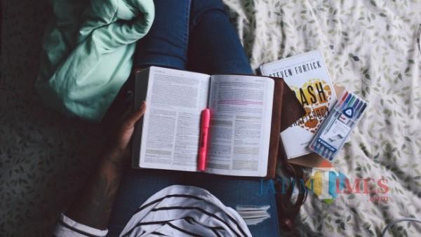 Ilustrasi Seseorang Sedang Belajar (Sumber : Pixabay)