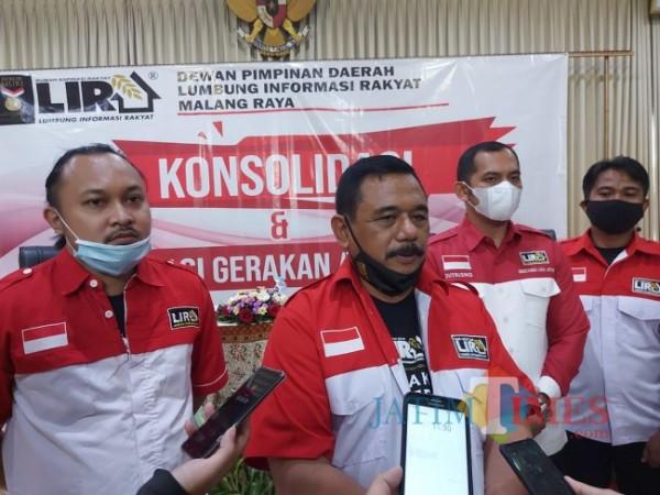 Ketua DPD Lira Malang Raya M. Zuhdy Achmadi (tengah) saat memberikan keterangan kepada wartawan. (Foto: istimewa)