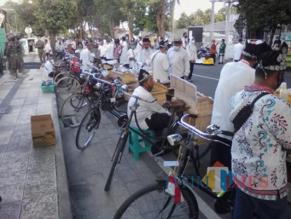 Komunitas Sepeda Onthel Kertosari (KSOK) menjajakan dagangan dalam Pasar Takjil Ramadan di Banyuwangi (Nurhadi/BanyuwangiTimes)