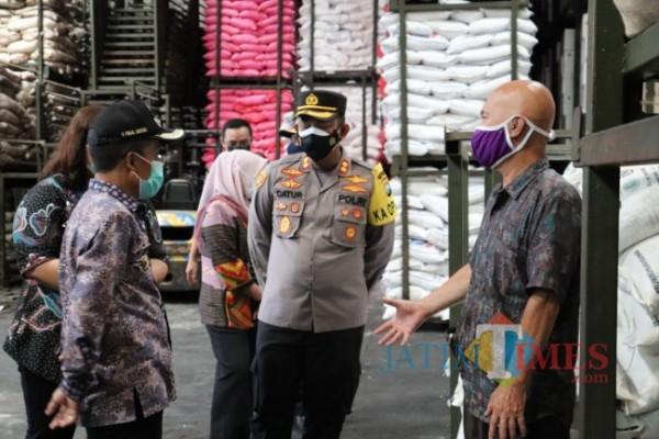 Pemerintah Kota Batu Bersama Polres Batu melakukan sidak di Pasar Besar Kota Batu, Kamis (15/4/2021) (foto istimewa)
