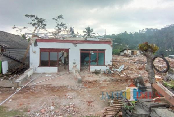Salah satu rumah warga di Desa Jogomulyan, Kecamatan Tirtoyudo, Kabupaten Malang, yang terdampak gempa bumi. (Foto: Hendra Saputra/MalangTIMES)