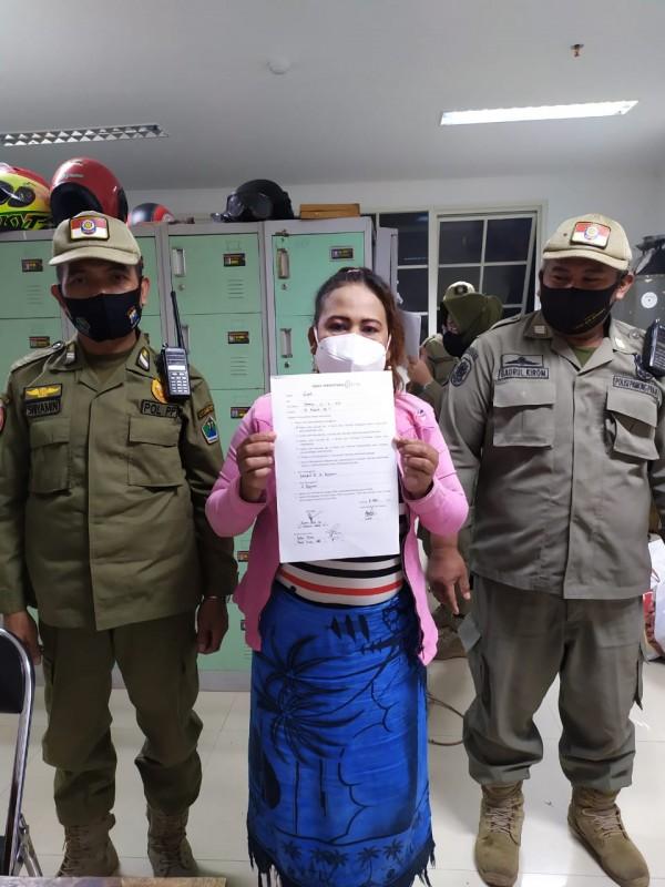 Satpol PP Kota Malang amankan wanita pekerja seksual berinsial S (44) yang sedang mangkal di Jalan Pajajaran, Kota Malang (foto istimewa)