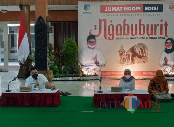 Bupati Kediri Hanindhito Himawan Pramana saat menggelar Ngabuburit bersama warga Kabupaten Kediri. (eko arif s/jatimtimes)