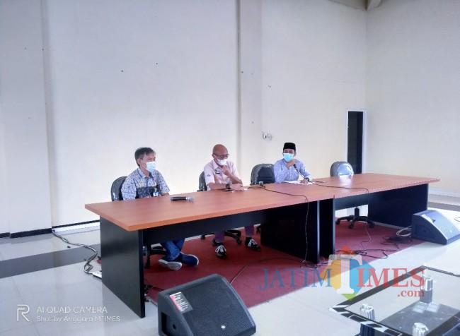 Dari kiri, Slamet, Kabid Perumahan dan Kawasan Permukiman, Sekretaris DPUPRPKP, Sumardi dan wakil Ketua DPRD Pamekasan, Saifudin (Anggara Sudiongko/MalangTIMES)