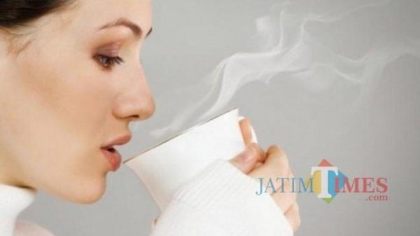 Minum air hangat setiap bangun pagi ternyata dapat bermanfaat bagi sistem kekebalan tubuh