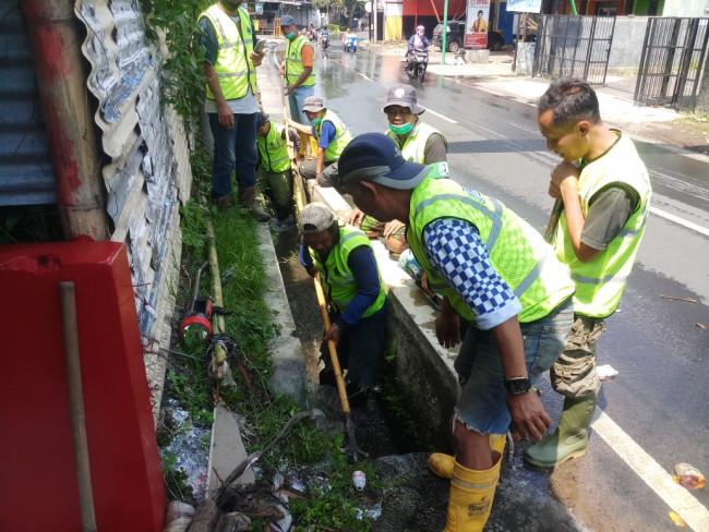 Para personil Satgas Saat tengah melakukan pembersihan sampah pada saluran air (Ist)