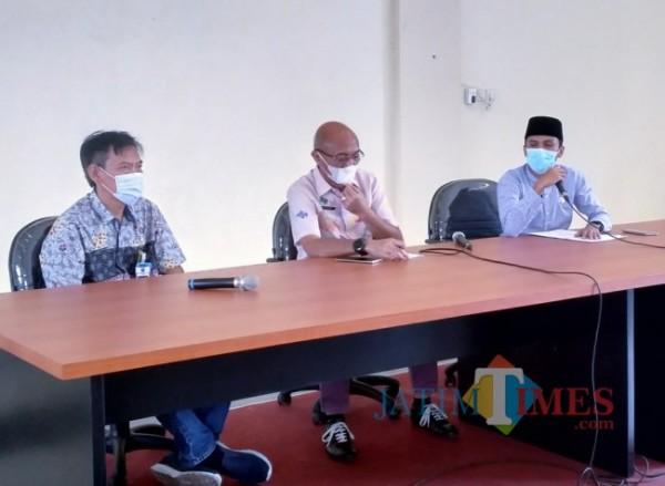 Slamet Santoso kiri), kepala bidang perumahan dan kawasan permukiman DPUPRPKP Kota Malang. (Foto: Anggara Sudiongko/MalangTIMES)