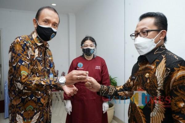 Wali Kota Malang Sutiaji (kanan) saat ikut serta jalani tes urine pencegahan Narkoba. (Foto: Humas Pemkot Malang for MalangTIMES).