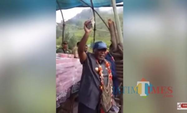 Bupati Yahukimo Papua Bagikan Ratusan Miliar Dana Desa di Lapangan Terbuka (Foto: YouTube Papua Channel)