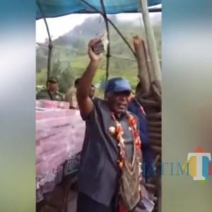 Viral Video Bupati Yahukimo Papua Bagikan Ratusan Miliar Dana Desa di Lapangan Terbuka