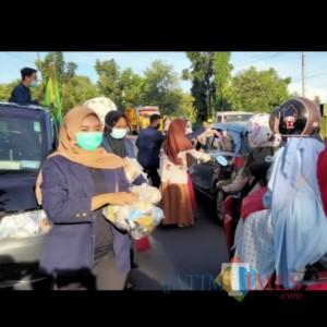 Bagi-Bagi Takjil Gratis, Ikatan Mahasiswa Alumni Al Huda Sumber Duko Timur Pamekasan Turun ke Jalan