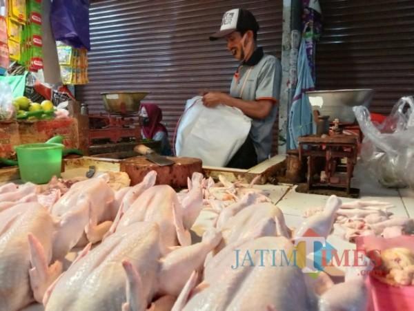 Alfan salah satu pedagang ayam potong di Pasar Besar Kota Batu, Minggu (18/4/2021), (foto: Mariano Gale/Jatim Times)