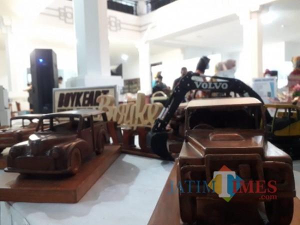 Contoh miniatur mobil yang terbuat dari limbah triplek garapan Thomas saat ditampilkan di Balai Kota Malang beberapa waktu lalu. (Foto: Istimewa)