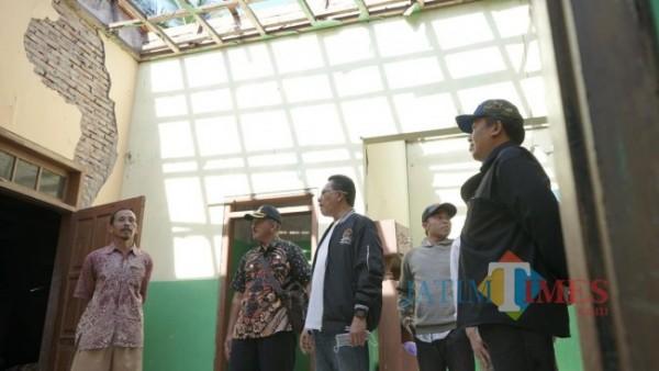 Gus Ali (tengah) pakai jaket, saat melihat kondisi rumah yang terdampak gempa (foto: istimewa)