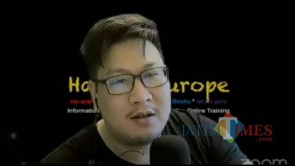 Jozeph Paul Zhang dalam video live kontroversialnya (Sumber: Youtube Jozeph Paul Zhang)