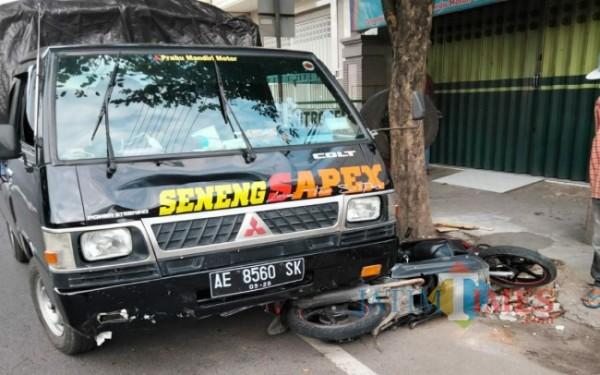 Kendaraan milik korban tepat di bawah L300 pasca di tabrak (Foto : Dokpol / Tulungagung TIMES)