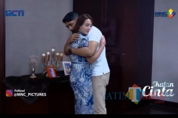 Momen Aldebaran dan Andin berpelukan di Sinetron Ikatan Cinta. (Foto: source google).