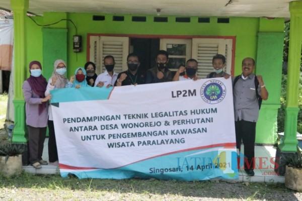 Tim pengabdian UM yang melakukan pendampingan di Desa Wonorejo untuk pengembangan Wisata Paralayang. (Foto: Istimewa)