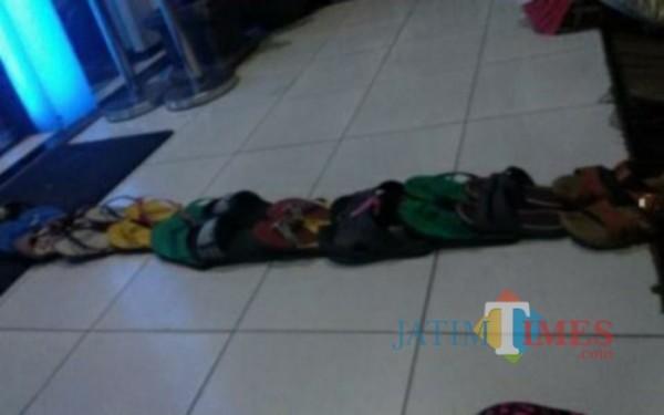 Antri Sandal di salah satu Bank Penyalur BPUM di Tulungagung / Foto : Istimewa / Tulungagung TIMES