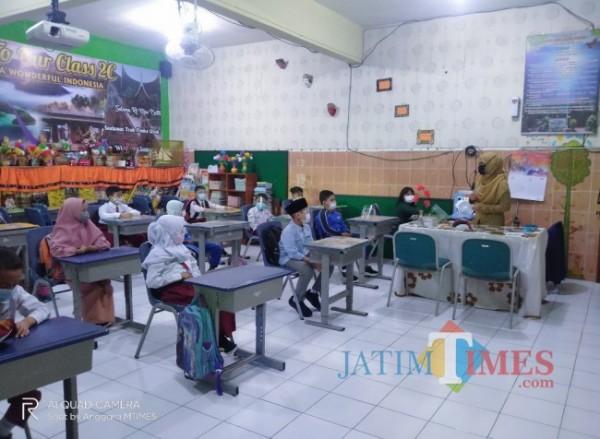 Hari pertama penerapan PTM di SDN Kauman 1 (Anggara Sudiongko/MalangTIMES)