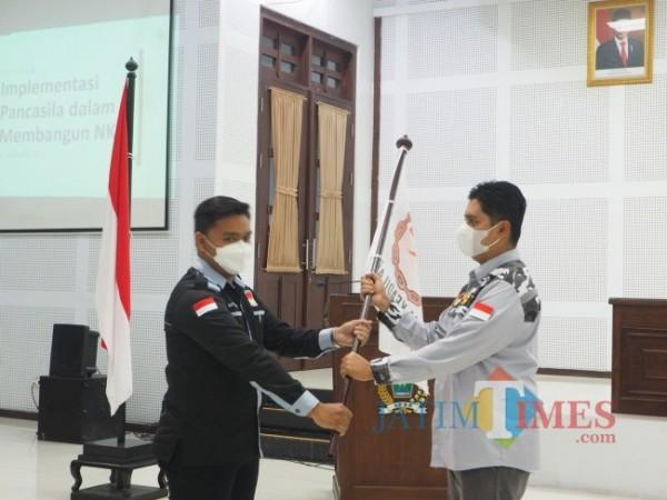 Ketua GEMA Keadilan Jawa Timur Ahmad Fuad Rahman (kanan) saat melantik DPD GEMA Keadilan Kota Malang. (Foto: Istimewa).