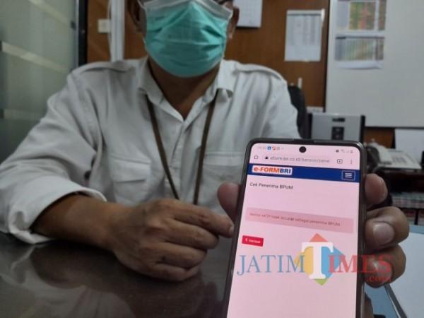 Manajer Pemasar Mikro BRI Cabang Tulungagung Nuryanto, menunjukkan e-form BRI. (Foto: Muhsin/TulungagungTimes).