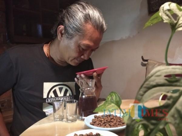 Pak Begog, salah satu pemerhati kopi Lumajang (Foto : Moch. R. Abdul Fatah / JatimTIMES)
